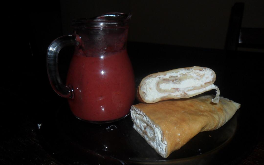 Naleśniki z twarogiem i sosem owocowym