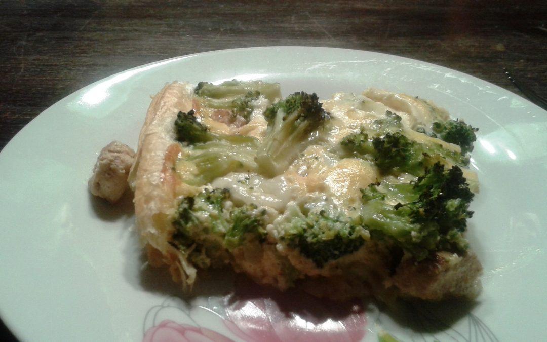 Tarta z kurczakiem i brokułami  na cieście francuskim (4-6 porcji)