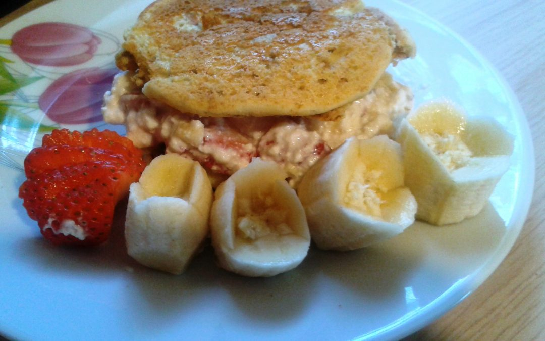 Waniliowe pancakes z serkiem owocowym(2 porcje)