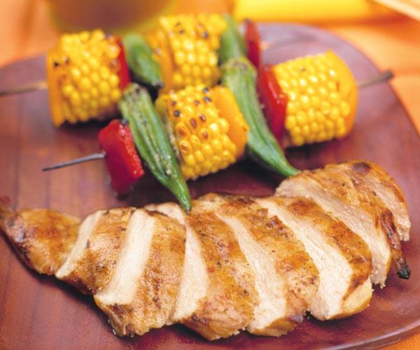 Grillowana pierś z kurczaka w marynacie jogurtowej z kukurydzą